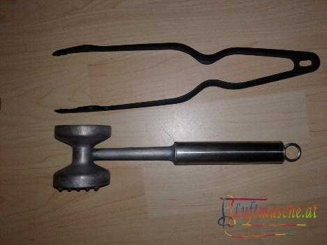 Küchenwerkzeuge die als Zange und Hammer Zweckentfremdet werden können
